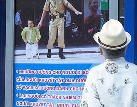 Hà Nội:CSGT treo biển tuyên truyền giao thông tại 100 nhà chờ xe buýt