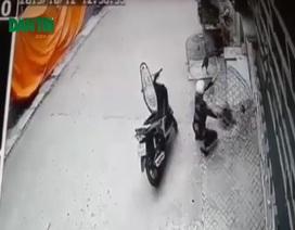 Nam thanh niên đi xe ga, bắt trộm gà bỏ cốp
