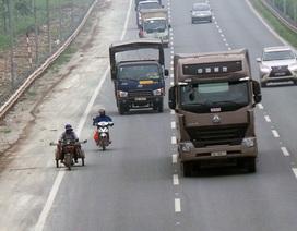 """Xe máy """"đánh đu với tử thần"""" trên đại lộ Thăng Long"""
