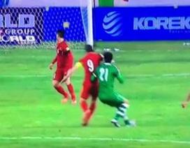"""Cựu trọng tài FIFA Lương Thế Tài: """"Pha cùi chỏ của Công Vinh đáng phải nhận thẻ đỏ"""""""