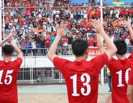 Cầu thủ Việt Nam cảm ơn khán giả sau trận thắng Hong Kong