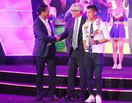 HLV Hữu Thắng bỏ về giữa chừng trong đêm Gala trao giải mùa bóng 2016