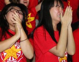Cổ động viên khóc như mưa sau thất bại của đội tuyển Việt Nam