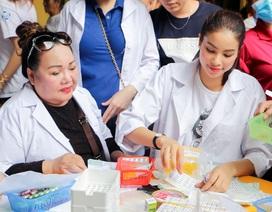 NSND Ngọc Giàu và Hoa hậu Phạm Hương phát thuốc cho người nghèo