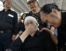 Vợ nhạc sĩ Nguyễn Đức Toàn ngồi xe lăn nghẹn ngào tiễn biệt chồng