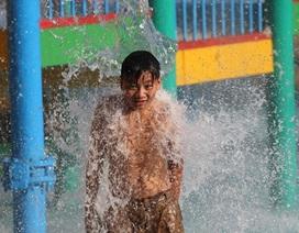 """Nắng nóng, trẻ em Hà Nội đổ xô ra công viên nước chơi """"giải nhiệt"""""""