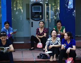 Phụ huynh ngồi trong cây ATM, nấp gốc cây tránh nóng