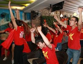 CĐV Việt Nam vui mừng với tấm HCĐ của đội U23