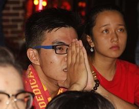 Cổ động viên TPHCM khóc nức nở sau thất bại của U23 Việt Nam