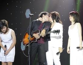 """Phương Thảo - Ngọc Lễ """"khóa môi"""" trên sân khấu"""