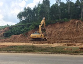 Ngang nhiên đưa máy múc đào đất bên đường Hồ Chí Minh đem bán