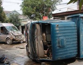 Xe khách nát đầu sau khi đâm lật xe tải