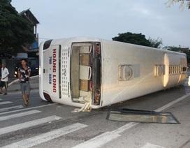 Đập cửa kính giải cứu hàng chục hành khách mắc kẹt trong xe khách