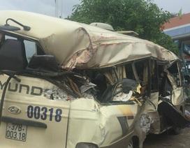 Xe khách văng mạnh vào xe container, 7 hành khách bị thương nặng