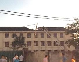 Cần cẩu xây chung cư đổ sập xuống trường học, một học sinh tử vong