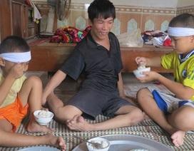 Mất mẹ, bé 10 tuổi một mình chăm cha tật nguyền và em thơ dại