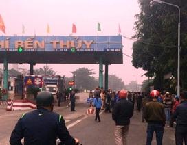 Hàng trăm người dân tiếp tục dùng xe ô tô chắn ngang cầu Bến Thuỷ