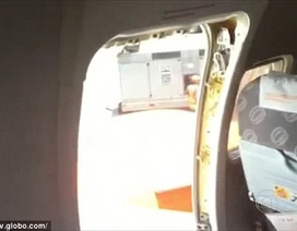 Máy điều hòa hư, mở cửa thoát hiểm máy bay cho...mát