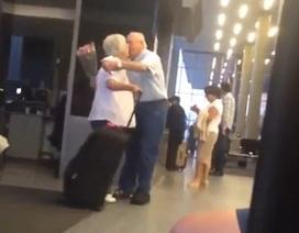 """Cụ ông ôm hoa đón vợ ở sân bay """"gây bão"""" vì độ lãng mạn"""