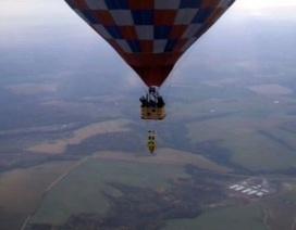 Treo ngược người ở độ cao 1500m bằng...keo