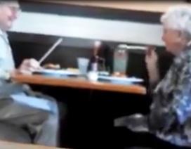 Đôi tình nhân già tinh nghịch trêu nhau khi đi ăn tối