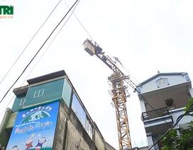 """Hà Nội: Hàng chục hộ dân """"sống trong sợ hãi"""" dưới chân cẩu tháp khổng lồ"""