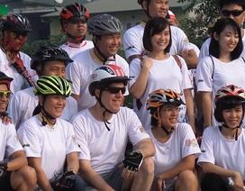 Đại sứ Mỹ đạp xe cùng các bạn trẻ kêu gọi bảo vệ tê giác