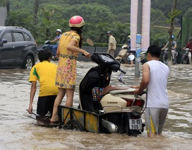 """Lụt nặng, người dân Thủ đô phải chọn """"cưỡi"""" xe cải tiến"""