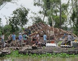 Lốc xoáy quật đổ hàng trăm ngôi nhà, hai người bị đè chết