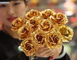 Trung Quốc: Rộ mốt hoa hồng bằng vàng làm quà tặng Valentine