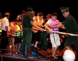 Tàu Hải quân giải cứu du khách mắc kẹt trên đảo Cô Tô