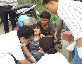 2 tên cướp đạp nạn nhân ngã văng vào cột mốc ven đường