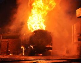 Xe bồn đang xuống xăng bốc cháy dữ dội trong sân cây xăng