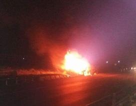Tránh xe máy, xe container lao xuống đường tàu bốc cháy ngùn ngụt
