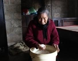 Cấp phát gạo cứu đói: Mỗi hộ nghèo nhận... 21 lon gạo