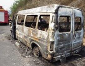 Xe khách bốc cháy dữ dội khi đang chạy