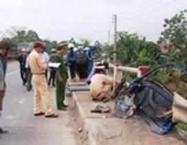 Xe khách húc mạnh vào cầu, 3 người bị thương vong