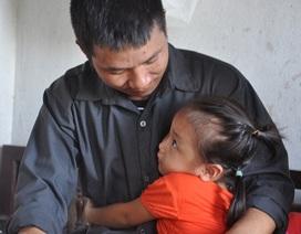 Bố tàn tật thương con gái 2 tuổi bị mẹ bỏ rơi