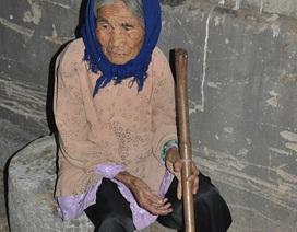 """Thương cảnh mẹ già 93 tuổi nuôi cô con gái luôn """"dắt dao trong người"""""""