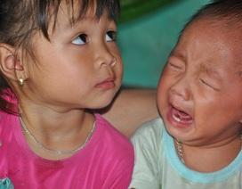 Tiếng khóc xé lòng của hai đứa trẻ có bố chết, mẹ bỏ đi