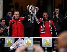 """Biển người chào đón Swansea """"anh hùng"""" và chiếc cúp League Cup"""