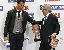 C.Ronaldo hạnh phúc trong ngày nhận cú đúp giải thưởng