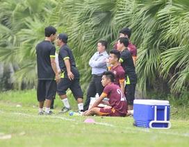 """Dính """"bão"""" chấn thương, HLV Miura lần đầu cho cầu thủ nghỉ tập"""