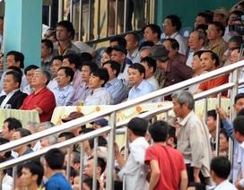 HLV Lê Thụy Hải bị khán giả Thanh Hóa ném chai nước