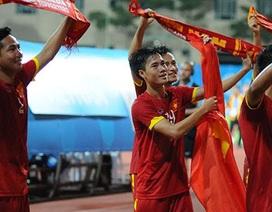 Cầu thủ U23 Việt Nam cúi đầu cảm ơn các CĐV