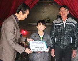 Quỹ Nhân ái trao nóng 5 triệu đồng đến với cậu bé mồ côi không có Tết