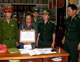 Bắt một phụ nữ Lào vận chuyển ma túy