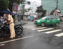 Taxi tông 2 nữ sinh viên nguy kịch