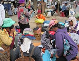 Cả làng rủ nhau ra phố đổi quần áo cũ về mặc Tết