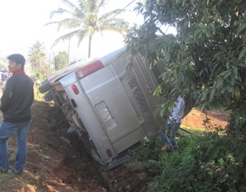 Xe giường nằm lật nghiêng, hơn 30 hành khách may mắn thoát nạn